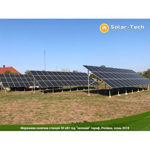 Наземная солнечная электростанция на монокристаллических солнечных панелях.